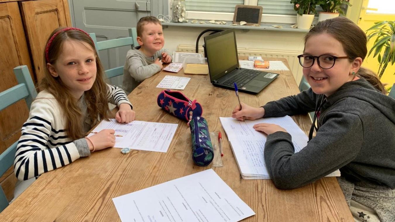 Tous les matins, du lundi au vendredi, Apolline, Élisa et Anatole font leurs devoirs pendants deux heures en compagnie de leur mère.