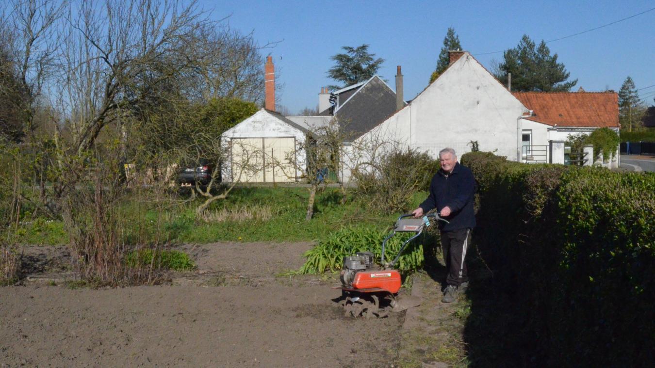 Jean-Claude en profite pour fraiser son potager.