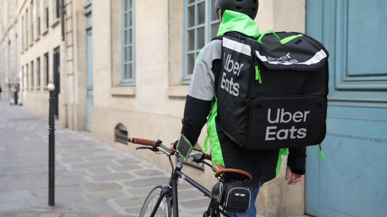 Dans les rues désertes, il n'est pas rare de croiser des livreurs Uber eats.