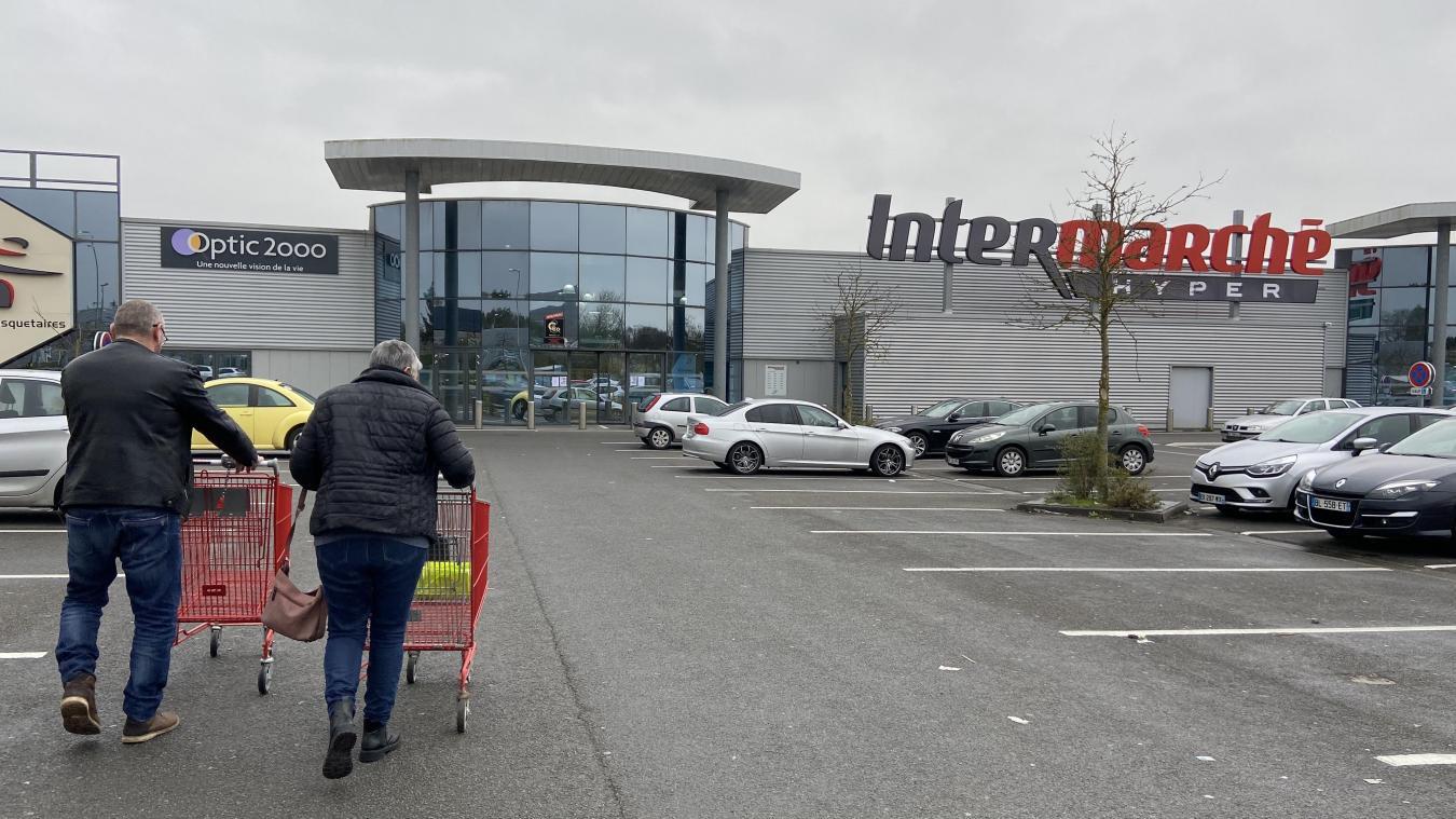 La règle est simple à respecter : une personne par chariot pour entrer dans le magasin.