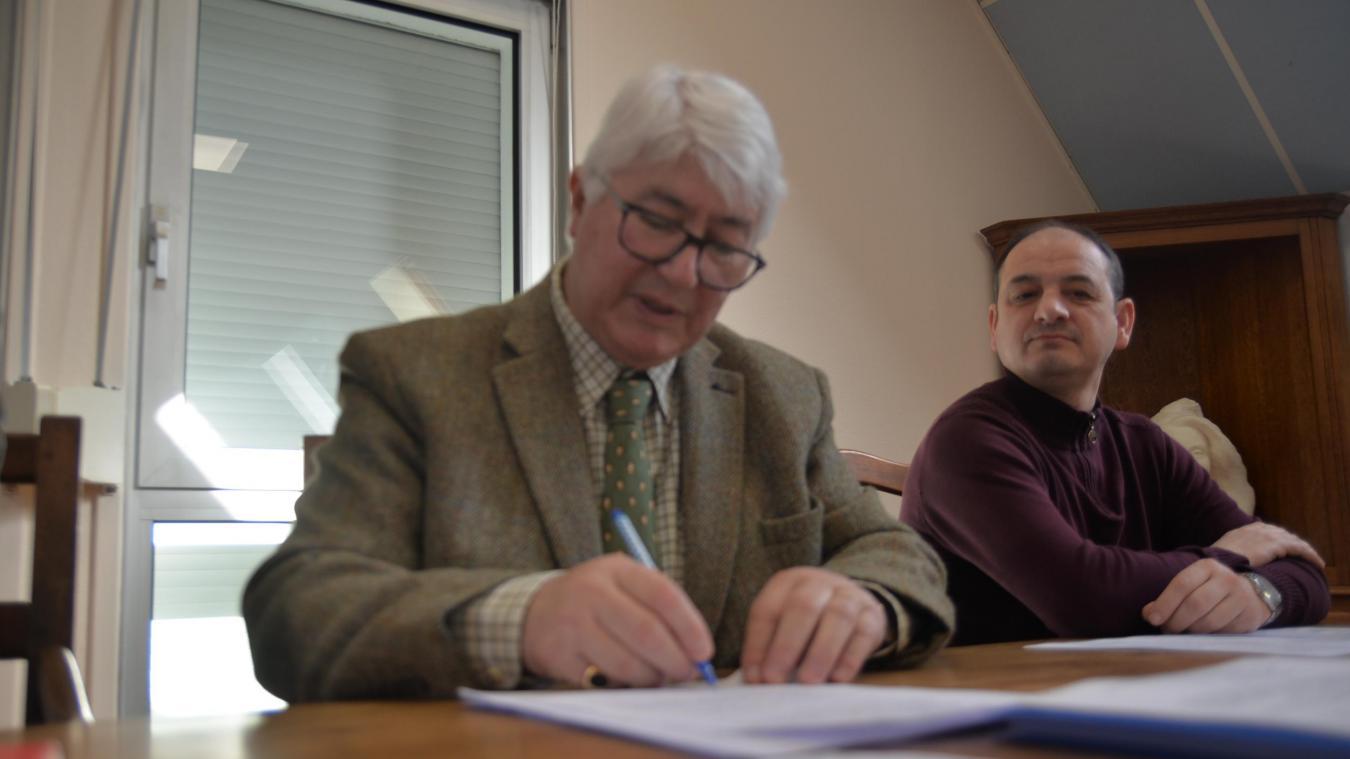 C'est avec beaucoup d'émotion que l'ex-édile a signé l'acte de cession du marais et des Bas-Champs au Conservatoire du littoral.