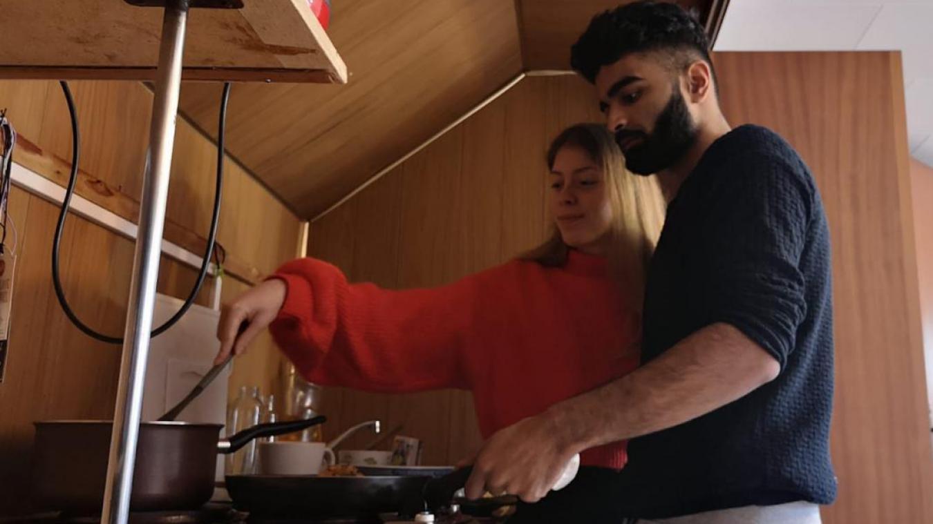 Les deux étudiants prennent le temps de cuisiner chaque jour.