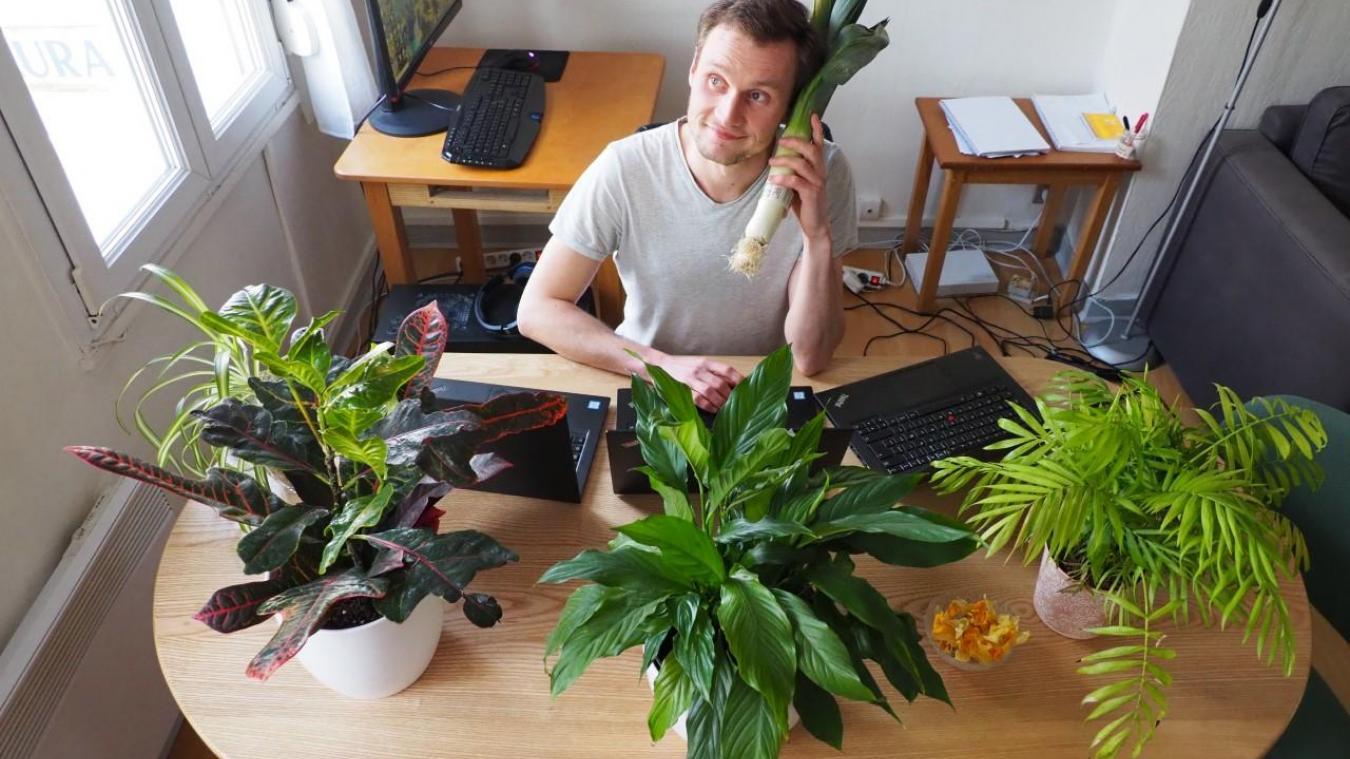 « Pendant le confinement, on a souvent le nez fourré sur son écran, qu'il s'agisse du smartphone ou du PC portable... Alors on essaye de se remémorer à quoi ça ressemble dehors : avec des plantes, des fleurs, des fonds d'écran avec des arbres... Comment ça, il y a un poireau sur mon oreille ? », confie le journaliste Sylvain Mionnet.