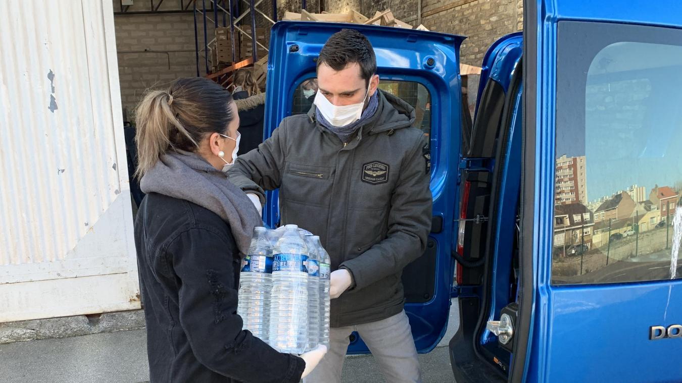 Mélissa et Anthony sont employés du centre communal d'action sociale (CCAS). Durant le confinement, ils vont récupérer les courses au Leclerc de Rosendaël pour les apporter directement chez les personnes isolées.