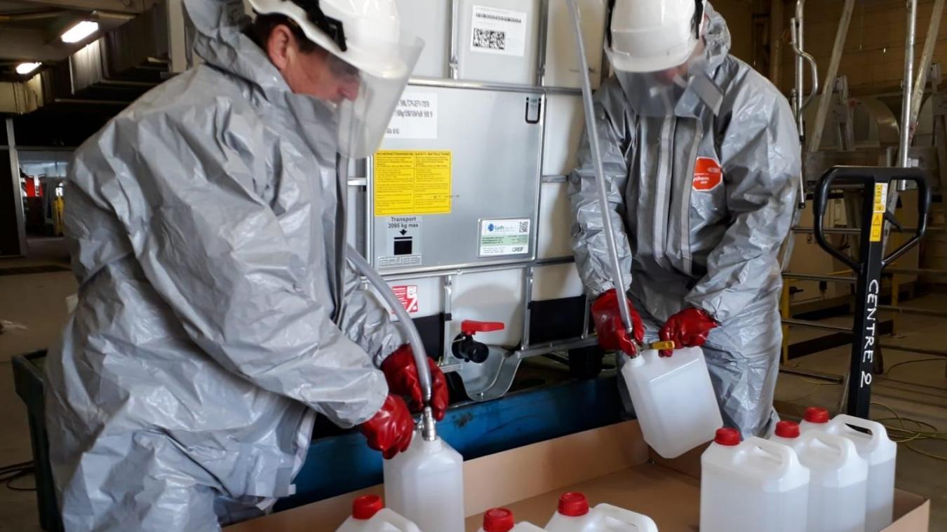 A la sucrerie de Lillers, les gels hydroalcooliques sont répartis dans des bidons de 5 litres. Les palettes sont retirées par les services de la Préfecture.