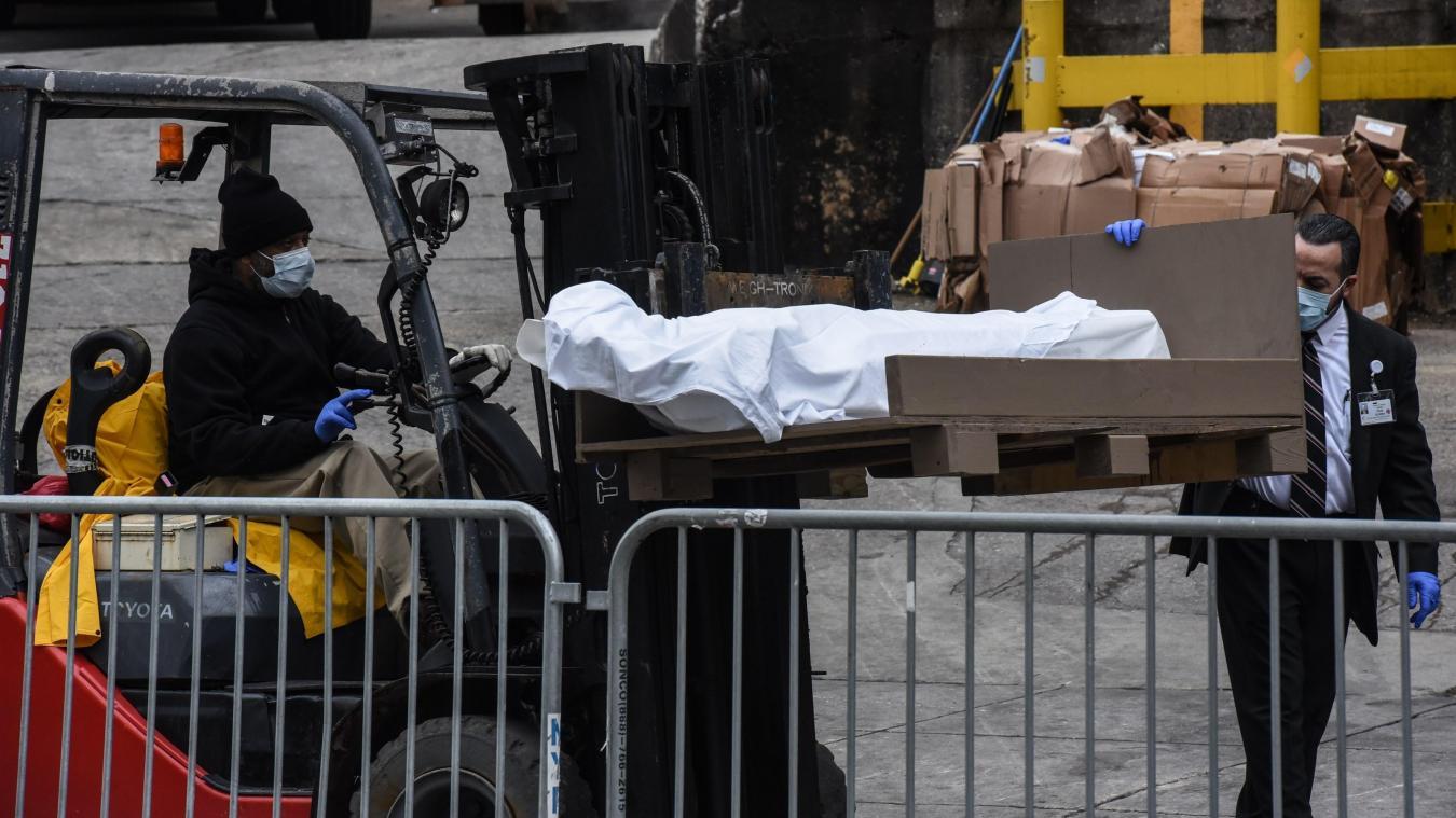 Le 31 mars à l'hôpital de Brooklyn. Les hopitaux utilisent des camions réfrigérés pour faire face à l'afflux de décés.