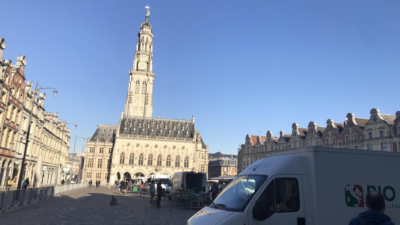 Sur la place des Héros d'Arras, le marché est de retour ce mercreid matin. Une vingtaine de commerçants y participe.