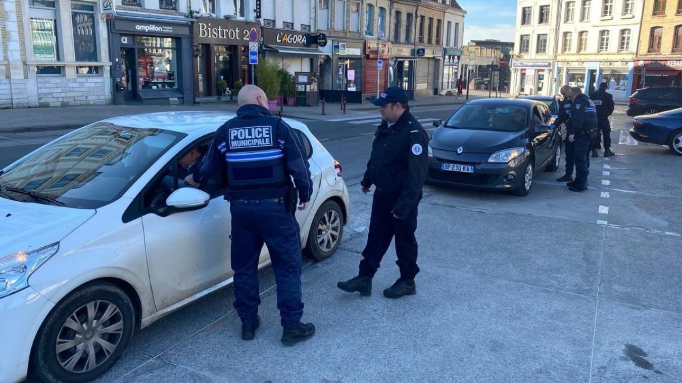 Saint-Omer  : policiers municipaux procédant à des contrôles aux abords de la Grand-Place.