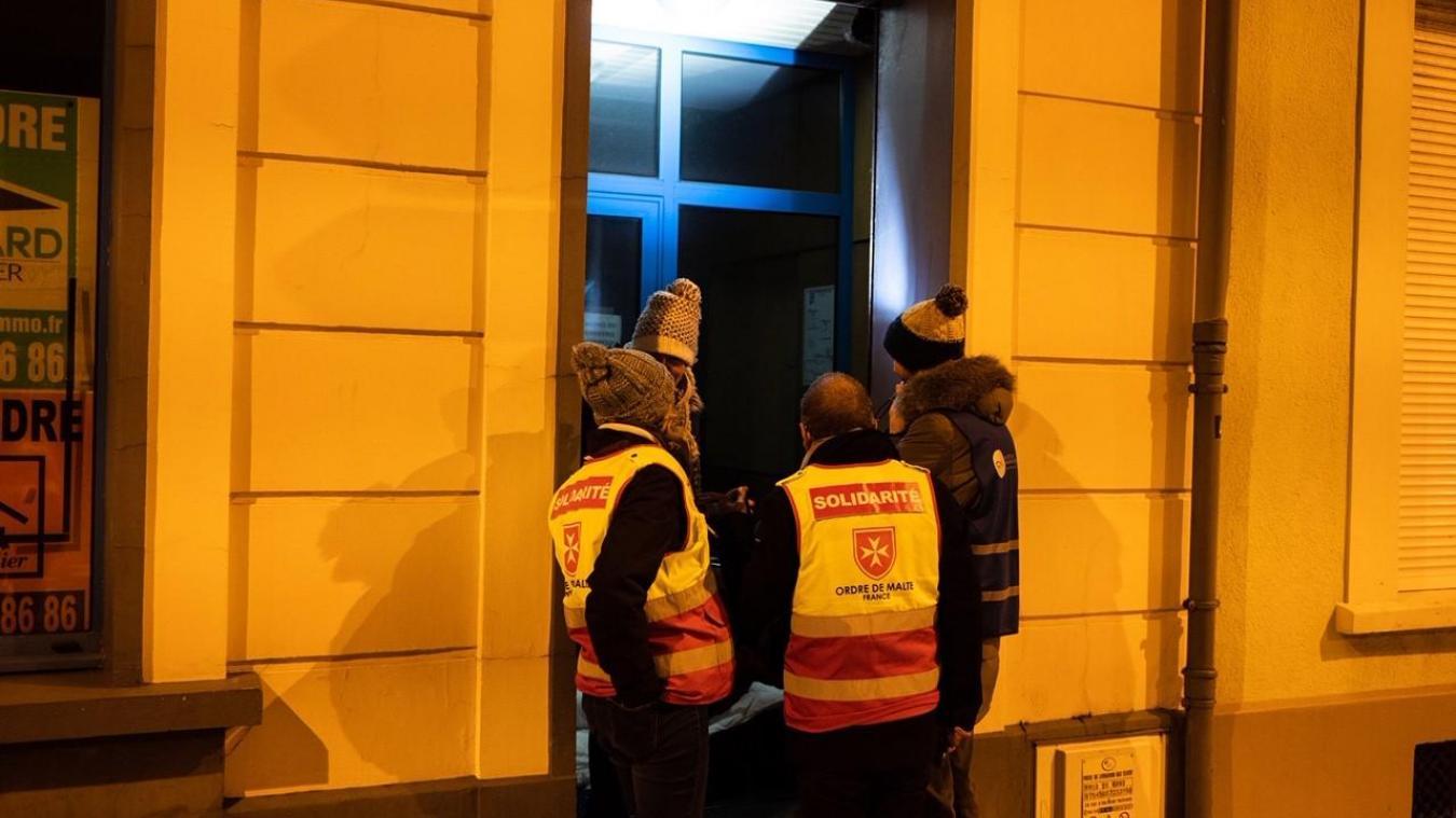 Chaque jour, des bénévoles de l'Ordre de Malte vont à la rencontre des Calaisiens les plus démunis pour leur apporter de quoi manger.
