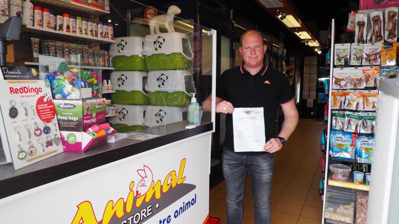 Le président des Turbulens, Jean-François, récupère les dons à Animal Store.