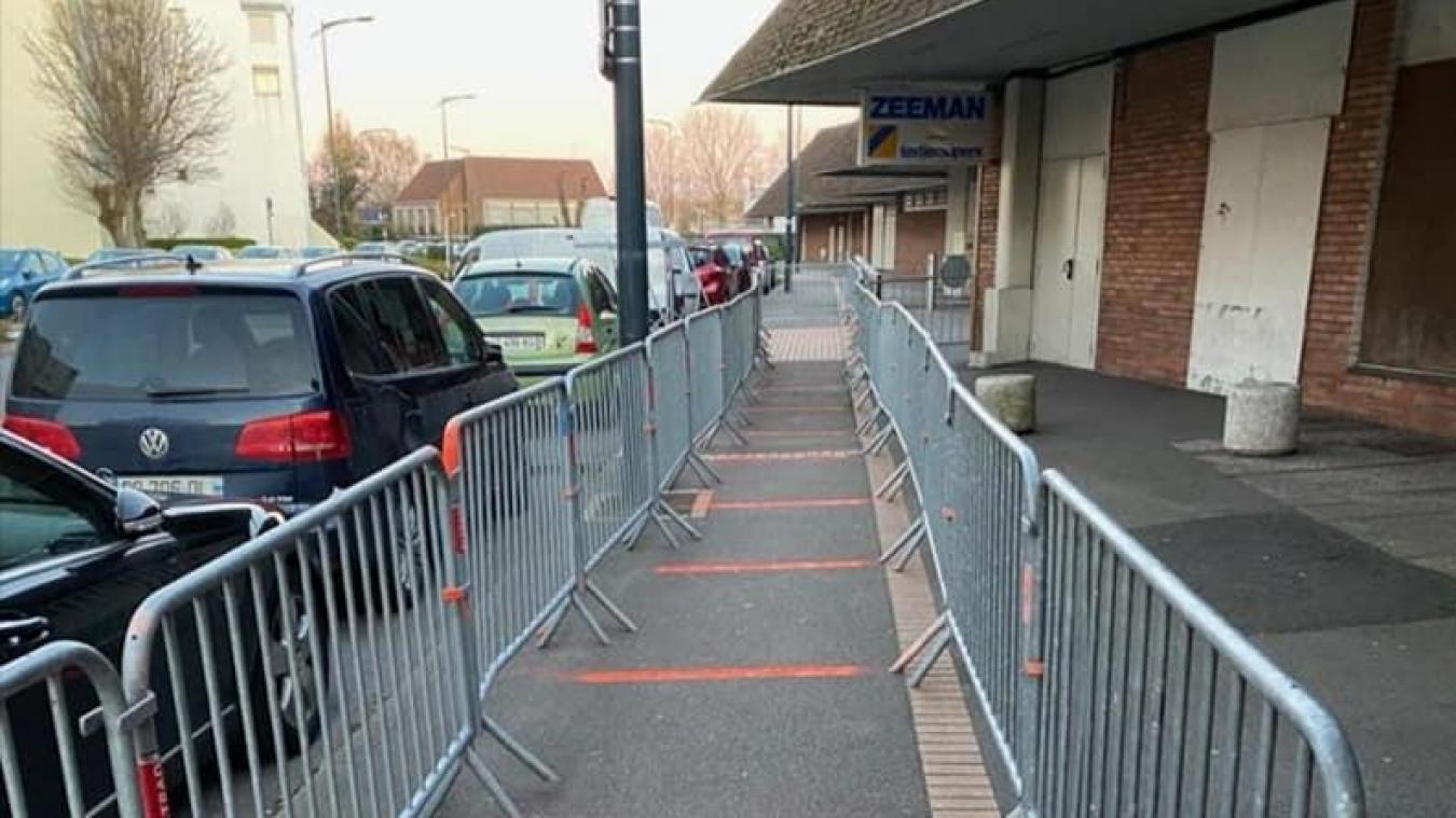 Des barrières ont été installées aux différentes entrées des deux hypermarchés de Saint-Pol-sur-Mer.