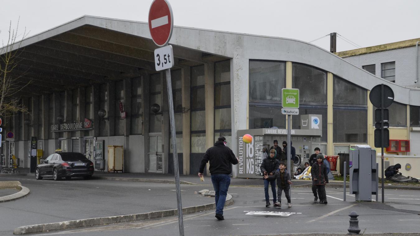 Au début du confinement, une famille de demandeurs d'asile s'était réfugiée à la gare de Boulogne-sur-Mer. Ici, un habitant n'a pas résisté à offrir un ballon aux enfants, masqué et en restant à distance bien sûr.