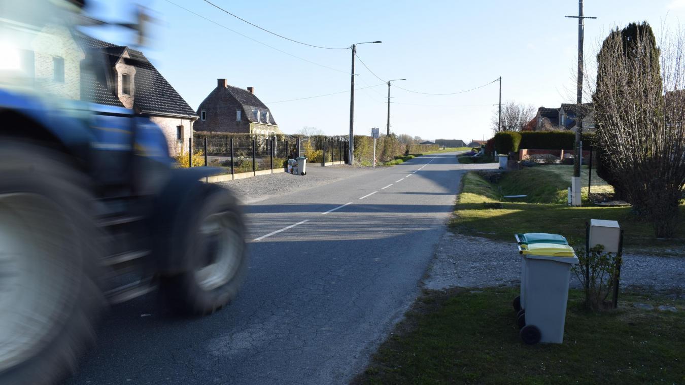 Cette rue, à la sortie du village, voit accélérer voitures et engins agricoles. Des trottoirs permettront de mettre les piétons en sécurité les piétons.