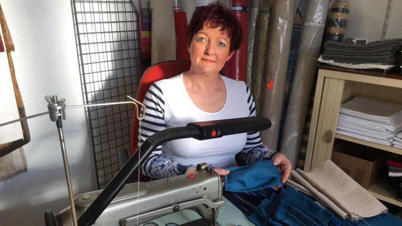 La créatrice de La Nappe française, qui habite aujourd'hui près de Nantes, fait bénéficier bénévolement de ses talents de couturière.