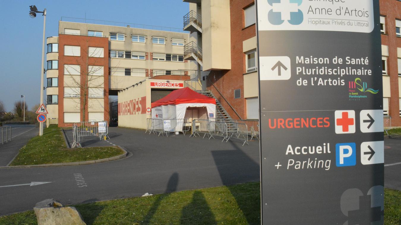 Un espace réservé au Covid-19 a été installé à l'entrée des urgences de la clinique Anne d'Artois à Béthune.