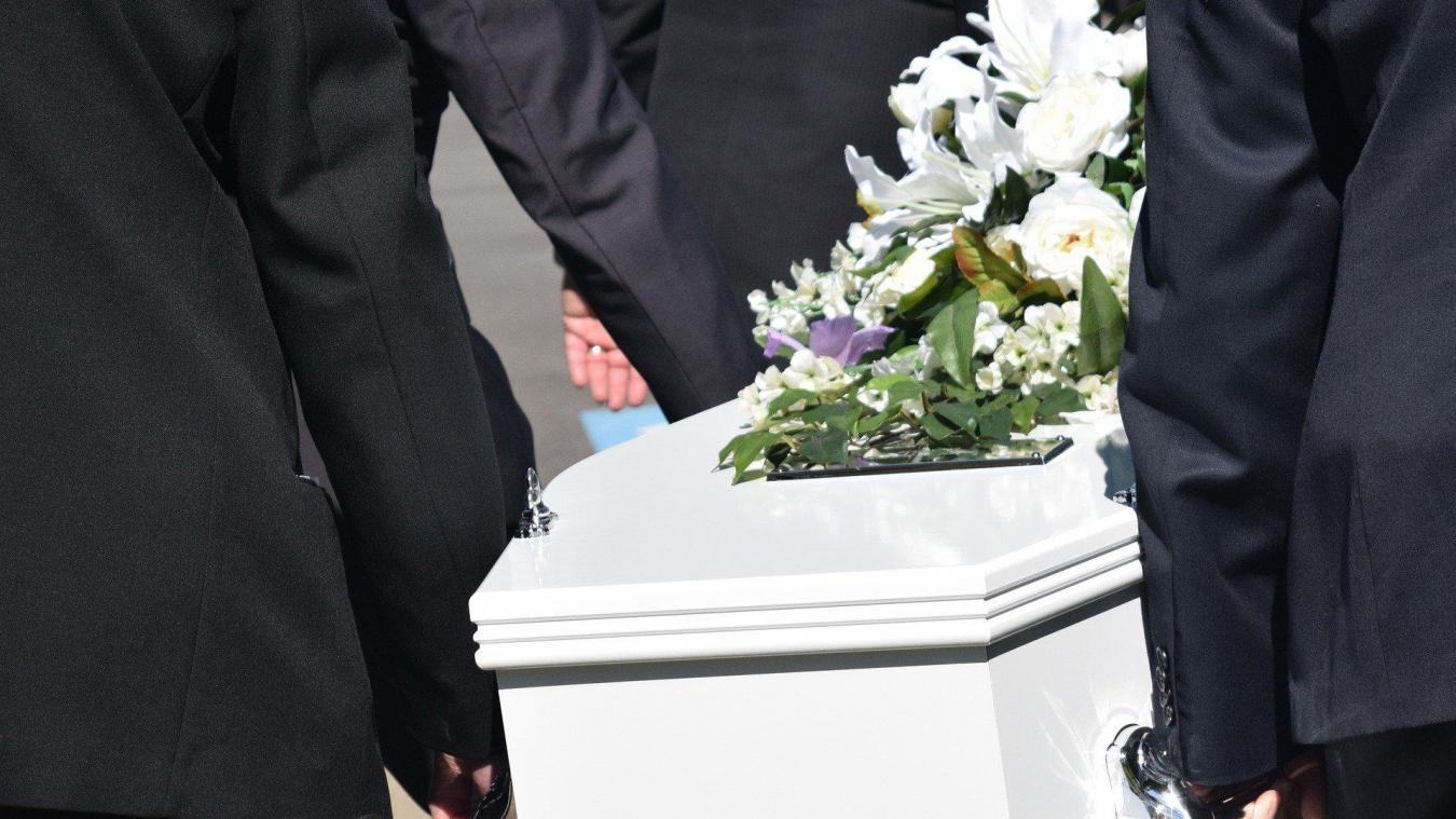 Les cérémonies de funérailles sont chamboulées par le confinement. Pour les familles, le deuil est très difficile.