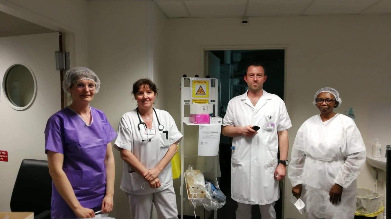 Le service des urgences s'est réorganisé. La chef du service est le docteur Karine Humbert (deuxième en partant de la gauche).