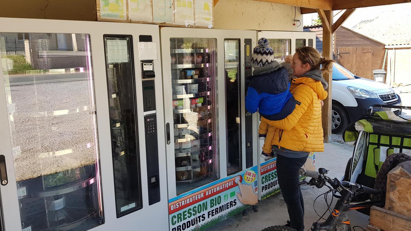 Estelle et ses deux enfants viennent s'approvisionner au distributeur à casier automatique.