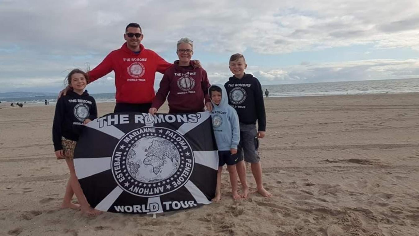 Avant leur retour, la famille Romon a fait une dernière photo sur la plage de Santa Monica.