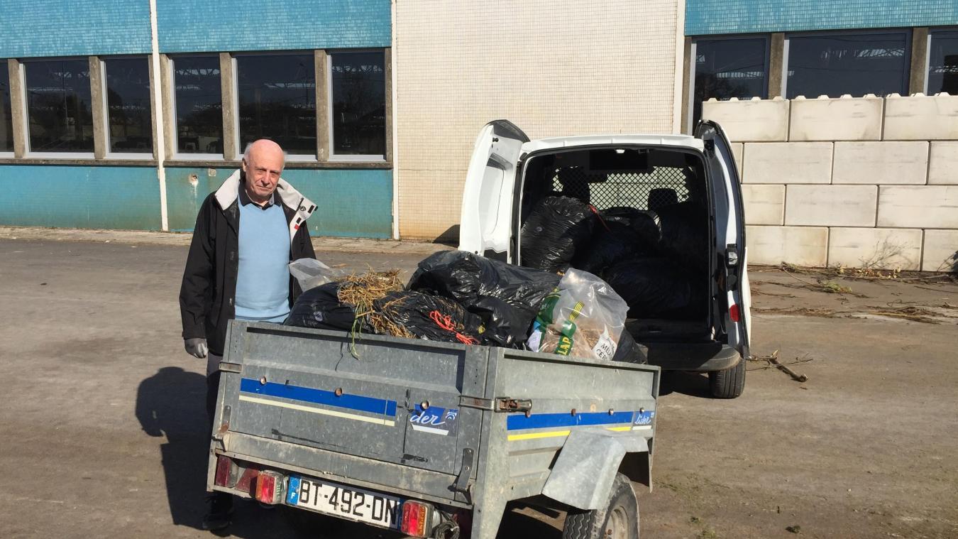 Le maire Jean-Marc Debove s'est chargé de nettoyer les lieux.