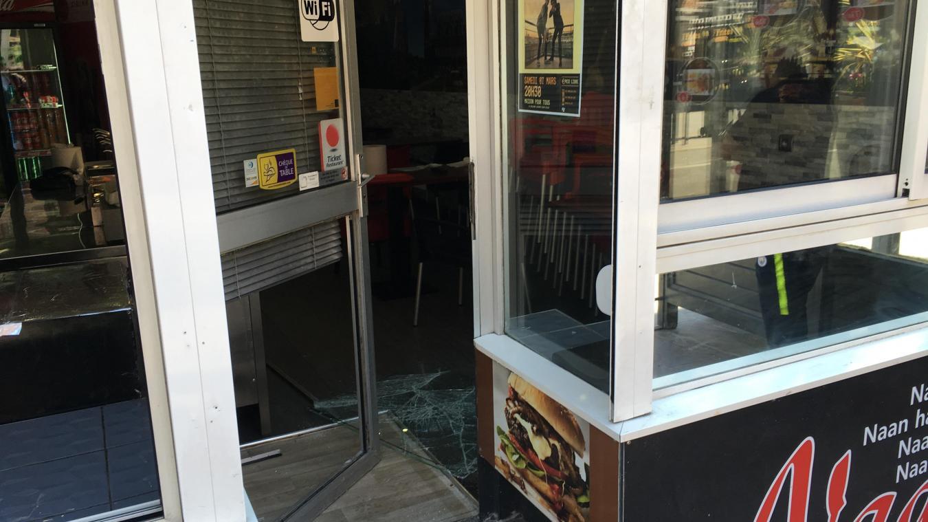 Le ou les voleurs ont fracturé la vitre de la porte d'entrée pour pénétrer dans l'établissement.