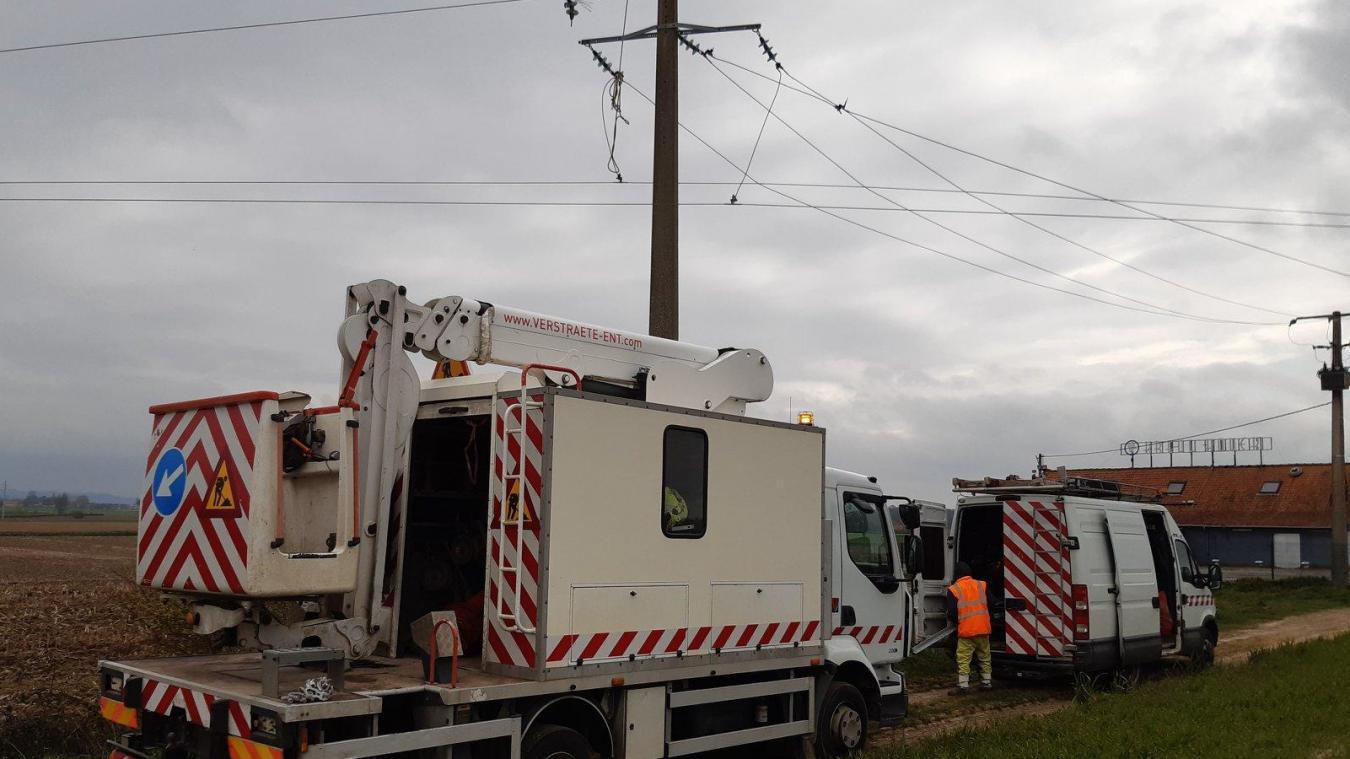 Les agents d'Enedis sont intervenus après un incident sur une ligne à haute tension, route de Bergues. ©Wormhout'Echo