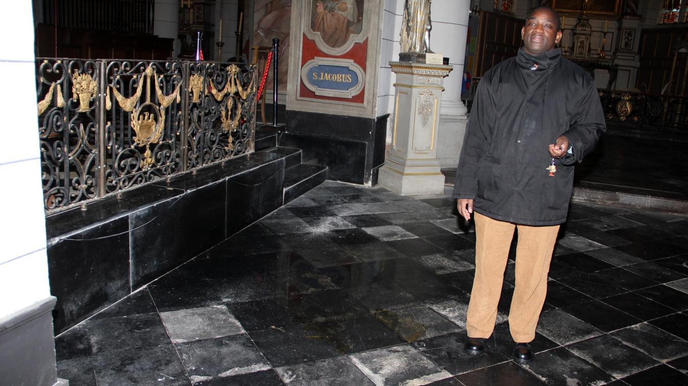 Arrivé en 2012 à Cassel, le père Innocent envoie des homélies dans le monde entier, via WhatsApp, depuis environ un an.