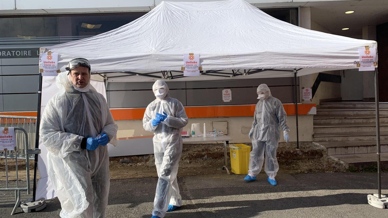 Comme ici au drive de Bruay-la-Buissière, les patients concernés par le test de dépistage se présentent sous une tente pour se faire dépister par des employés du laboratoire en tenue de « cosmonaute ».