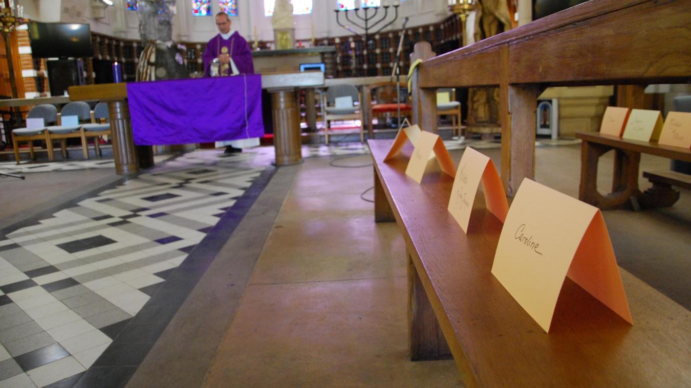 Des papiers colorés avec des prénoms écrits à la main sont installés sur les bancs de la chapelle de l'EPSM.