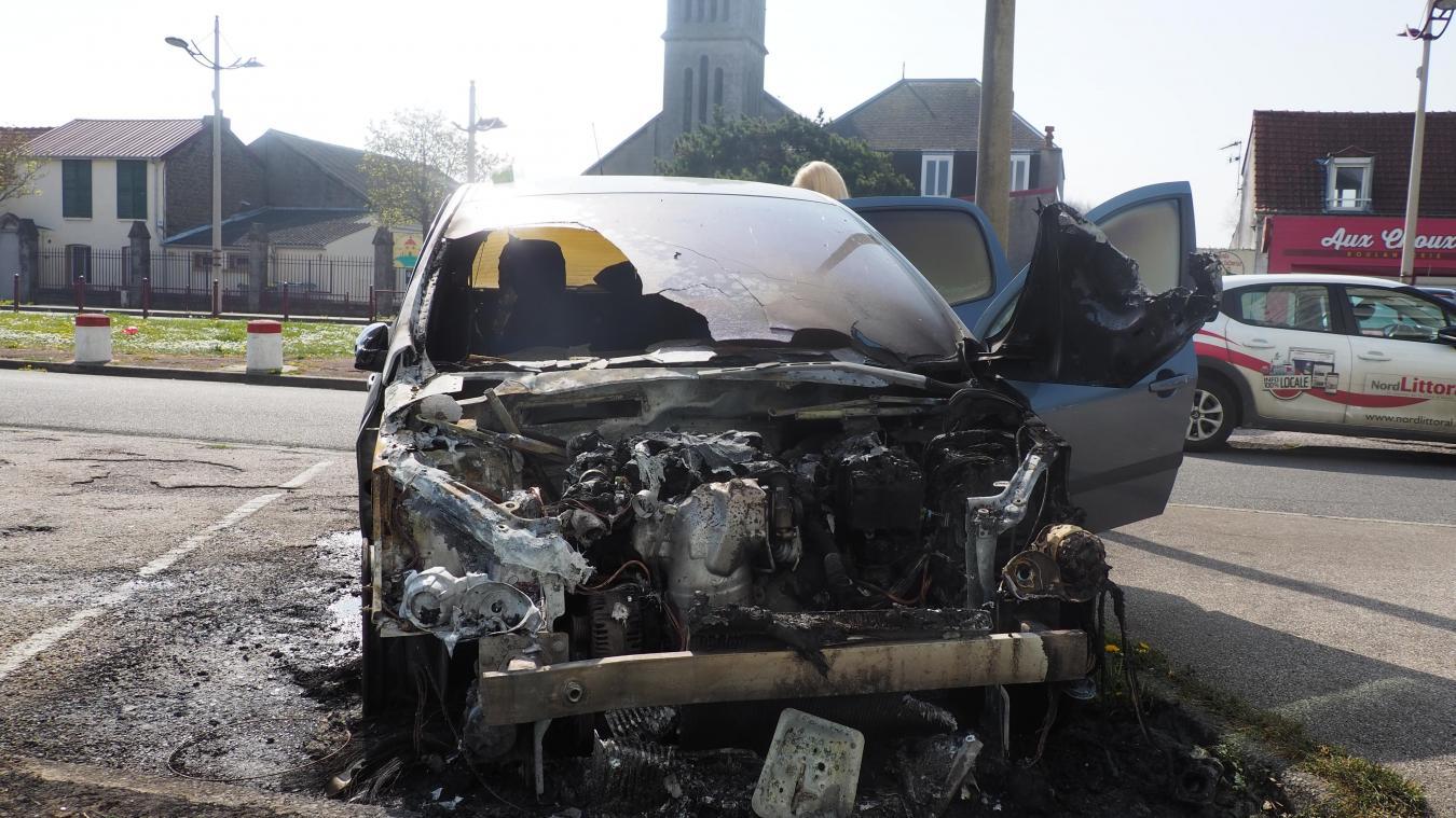 La voiture a été en grande partie détruite rue Ferber.