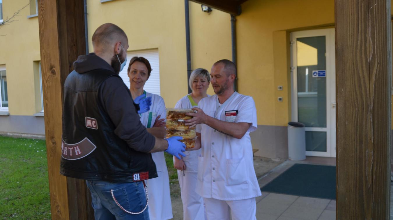 Saint-Venant : des motards de Lens distribuent des repas au personnel de l'EPSM