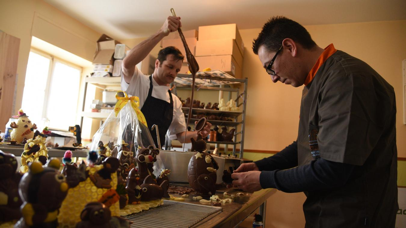 Stellio Lestienne et David Hénot en pleine confection des sujets en chocolat.