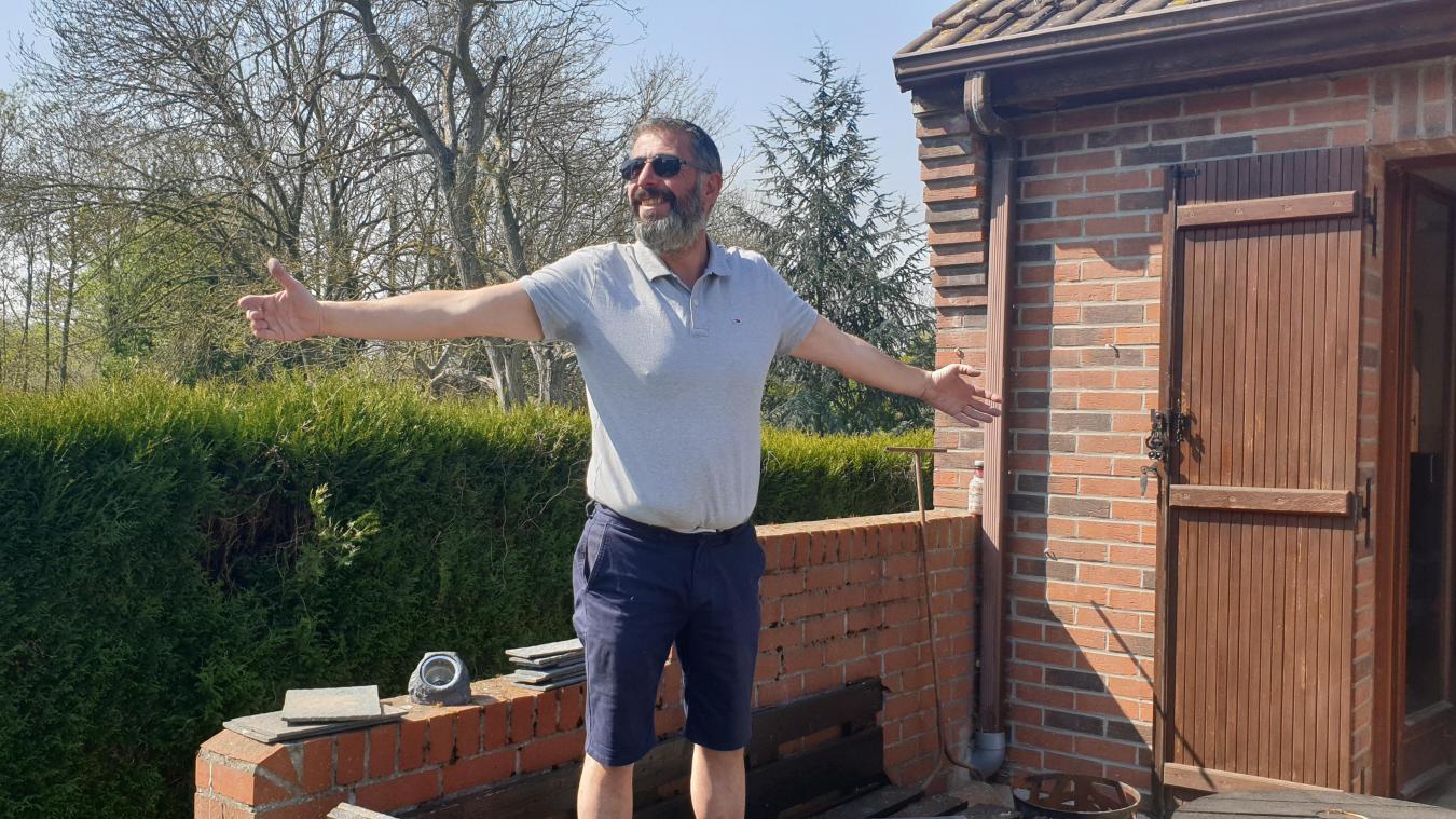 Confiné à Houplines, Hervé Decoster est bailleulois. Depuis le sixième de confinement, il rend aux hommages depuis son jardin et en direct sur Facebook aux soignants.