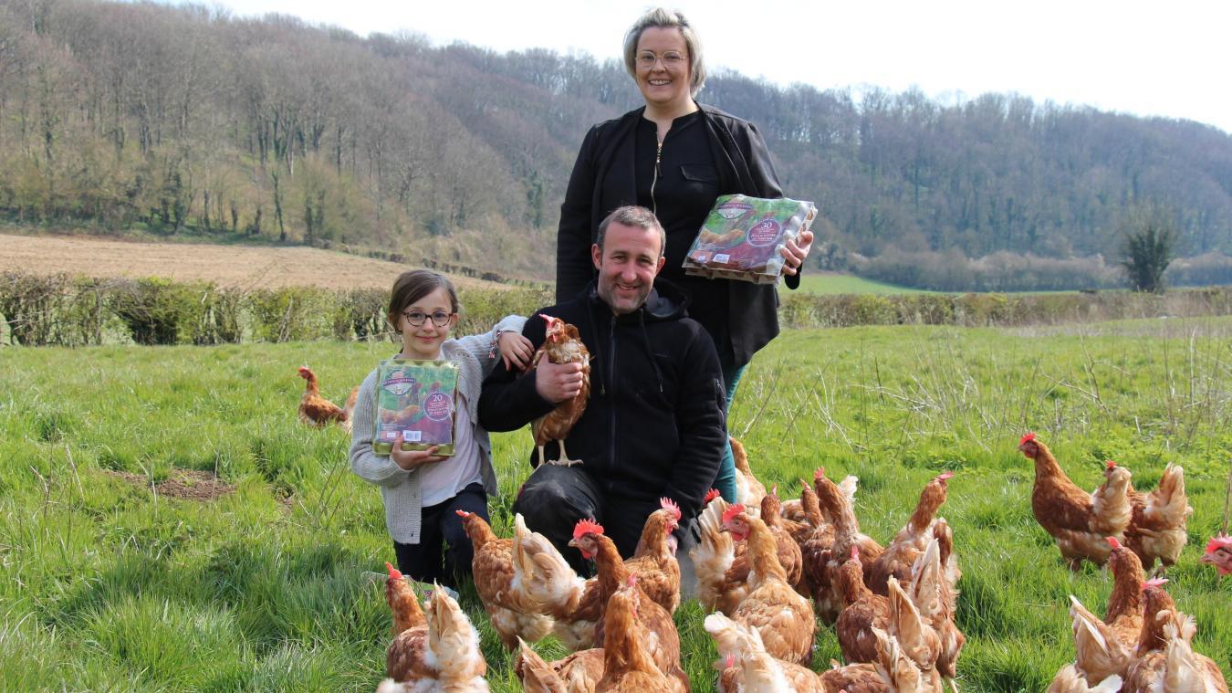 À Courset, Camille et Mickaël Pochet sont à la tête d'un élevage de 9 000 poules pondeuses élevées en plein air.