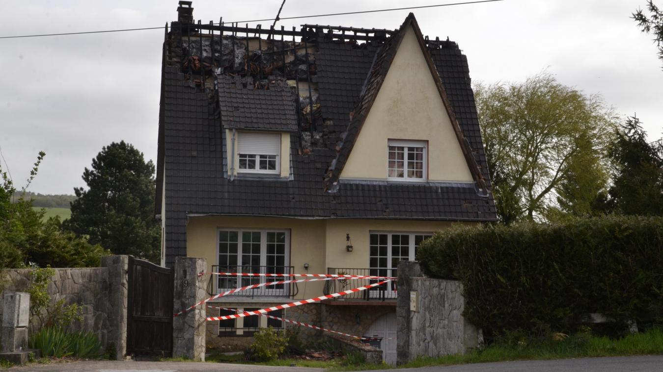 La toiture de la maison s'est totalement embrasée mais l'incendie n'a pas fait de victime.