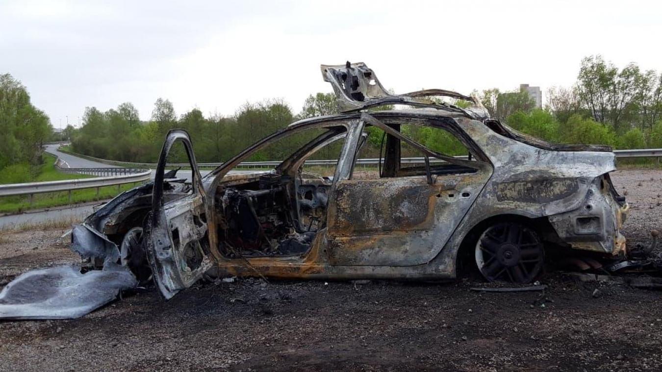 Une voiture a été réduite en cendres, sur le terre-plein de la sortie d'autoroute A16, en direction de Saint-Pol-sur-Mer/Petite-Synthe.