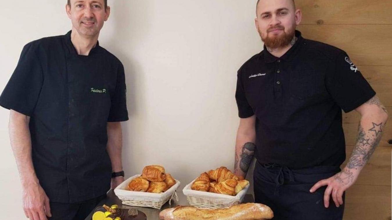 Aurélien Dervaux et Frédéric Potdevin proposent du pain aux habitants.