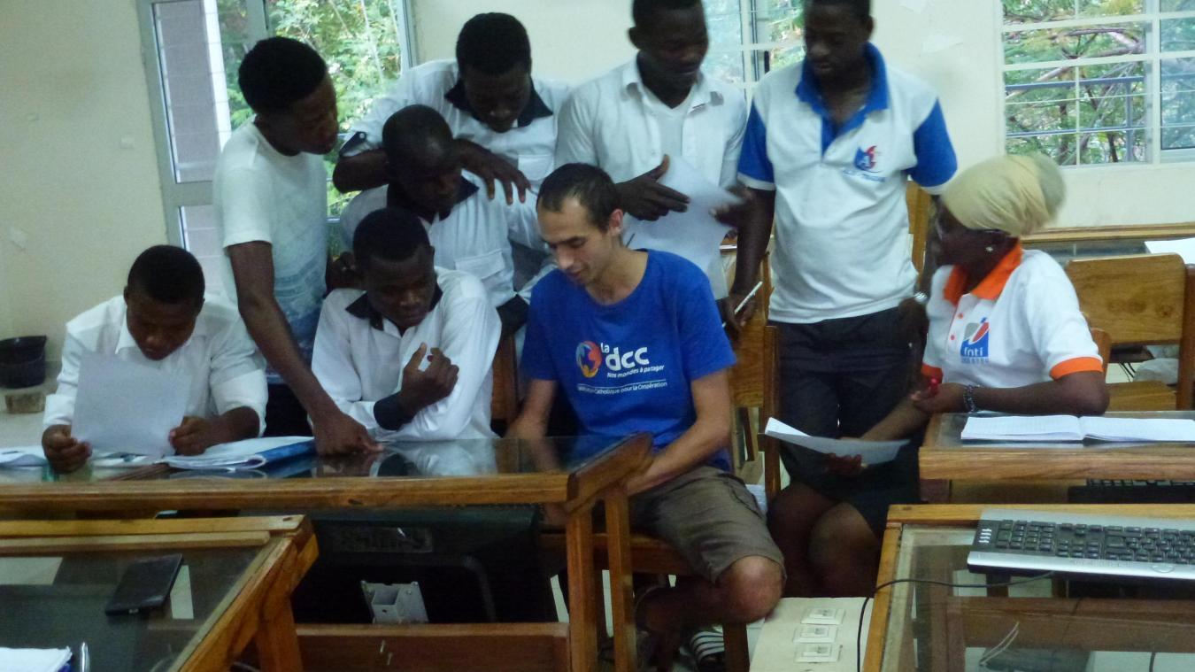 François Decq, en t-shirt bleu, avec ses étudiants de L1 lors de l'année scolaire 2018-2019.
