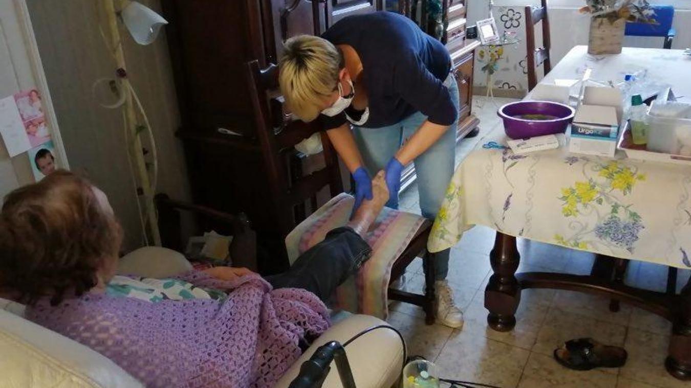Face aux patients sans suspicion, c'est gants et doubles masques pour Amandine, l'une des infirmières.