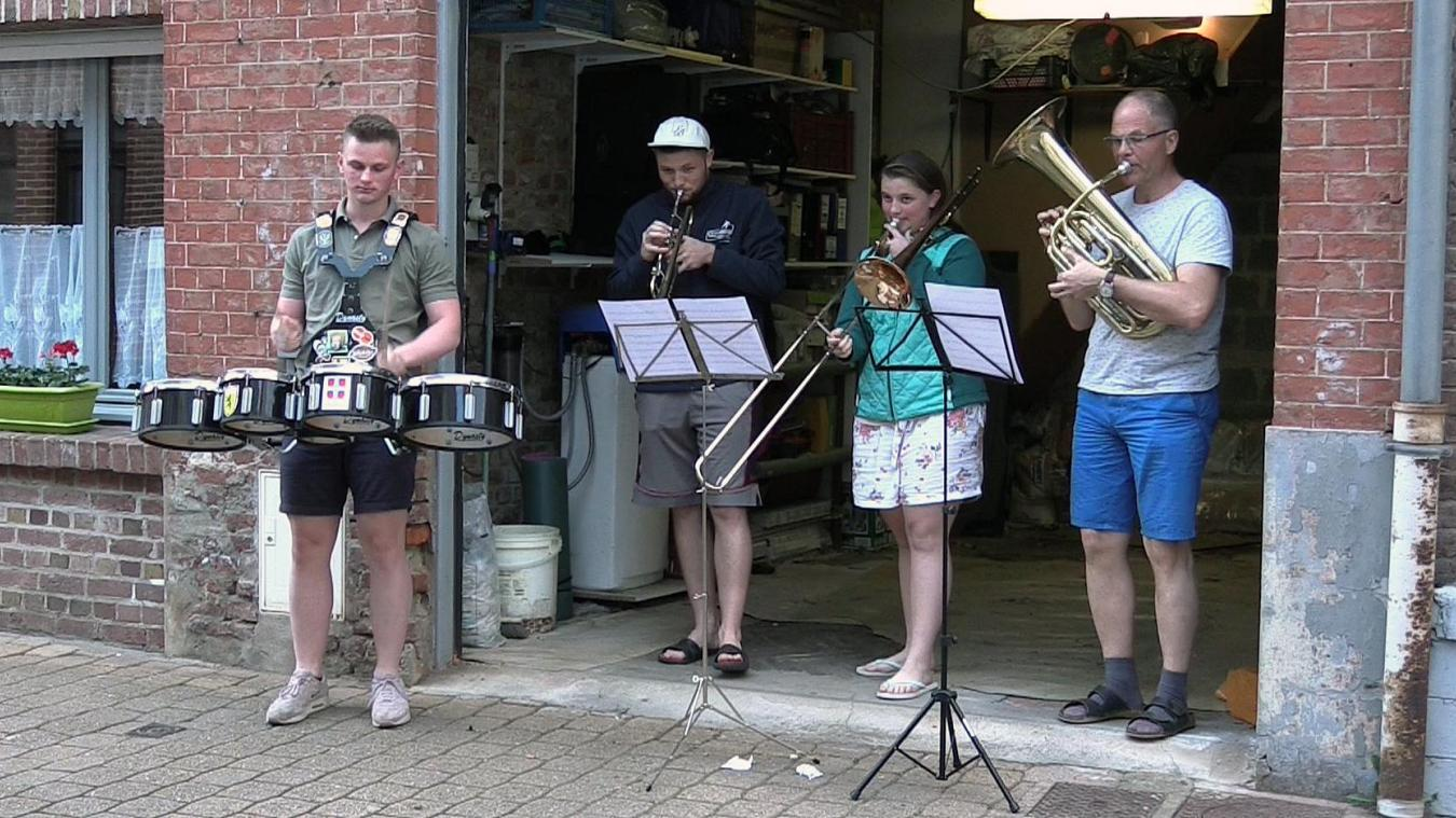 Steenwerck: une famille en concert depuis son garage (vidéo)