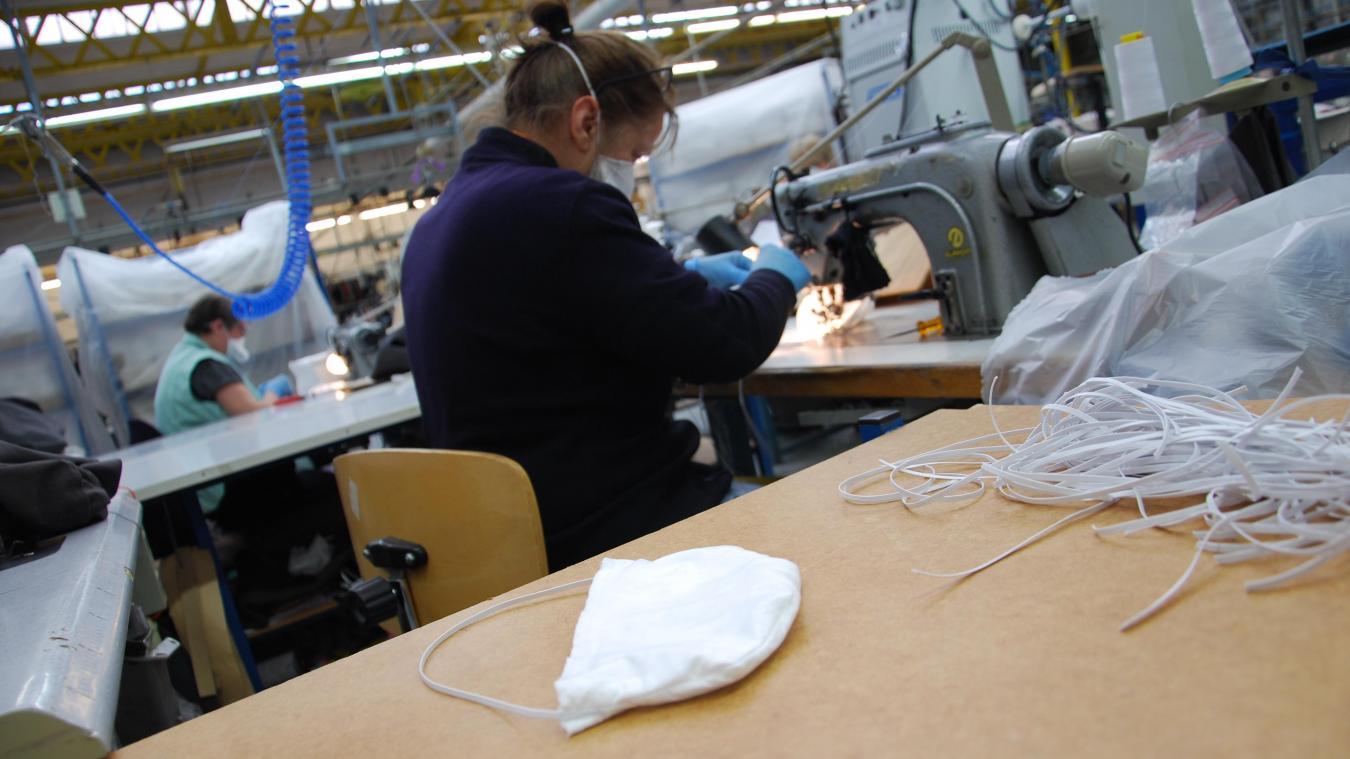 A Hazebrouck, la société Lener Cordier confectionnent mardi des masques en tissu dans ses ateliers. (Photo illustration)
