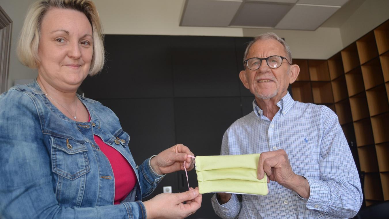 Florence Wozny et Jean-Claude Dissaux, adjointe et maire, avec l'un de ces masques en tissu qui seront distribués à la population airoise.