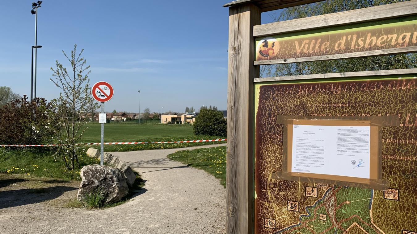 Les accès au Parc des cités sont fermés à l'aide de rubalise, quand celle-ci n'est pas arrachée...