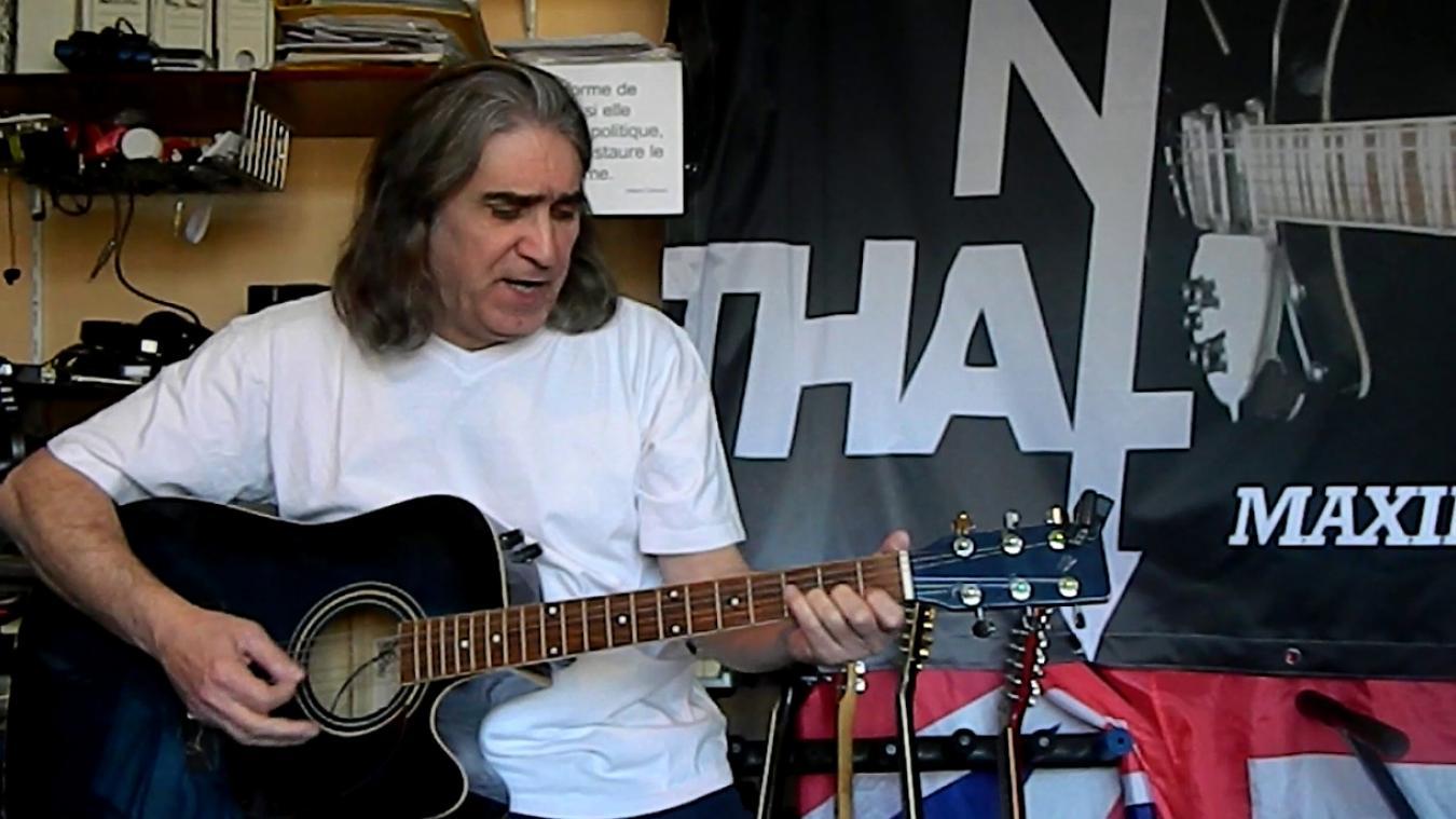 Jean-Louis Gadéa joue un morceau chaque jour dans son studio de répétition.