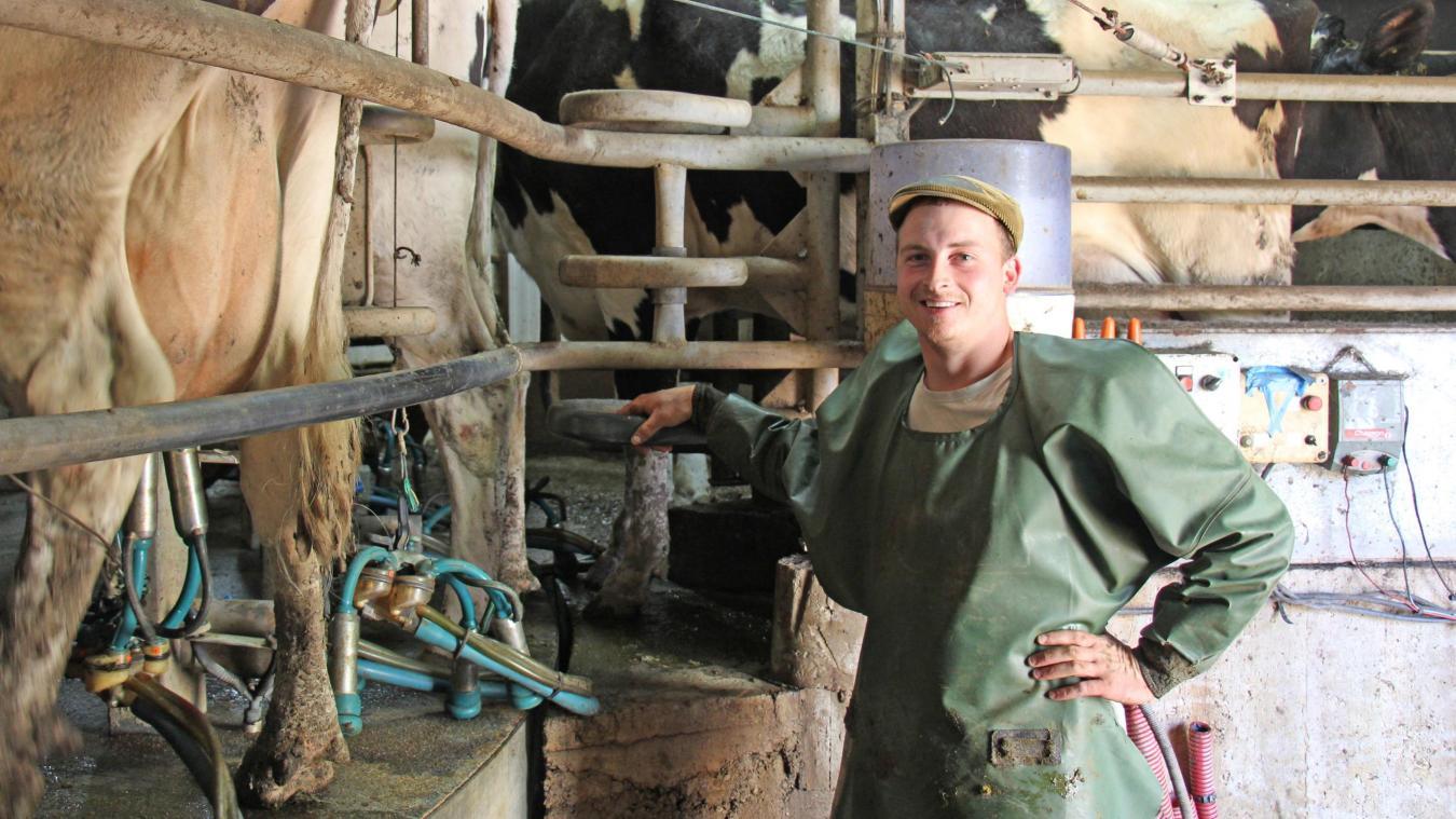 Moins de demande, plus de production... Pour éviter un effondrement des cours, l'interprofession laitière propose une réduction volontaire des volumes (en photo Emilien Masset, agriculteur à Crémarest).