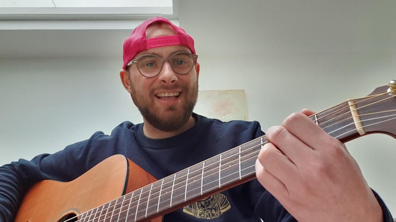 Florent Souchet a 30 ans. Il est musicien et s'est lancé jusqu'à la fin du confinement dans un rituel en direct sur facebook, chaque soir à 19h30.