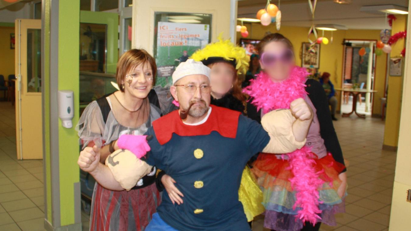 La Wormhoutoise, ici à gauche, aux côtés de l'animateur en 2018, avait fêté le carnaval à l'Ehpad. Un carnaval annulé en 2020...