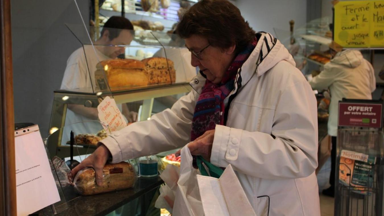 Dans la boulangerie, le nombre de clients est limité. Un pare-postillons a aussi été installé.