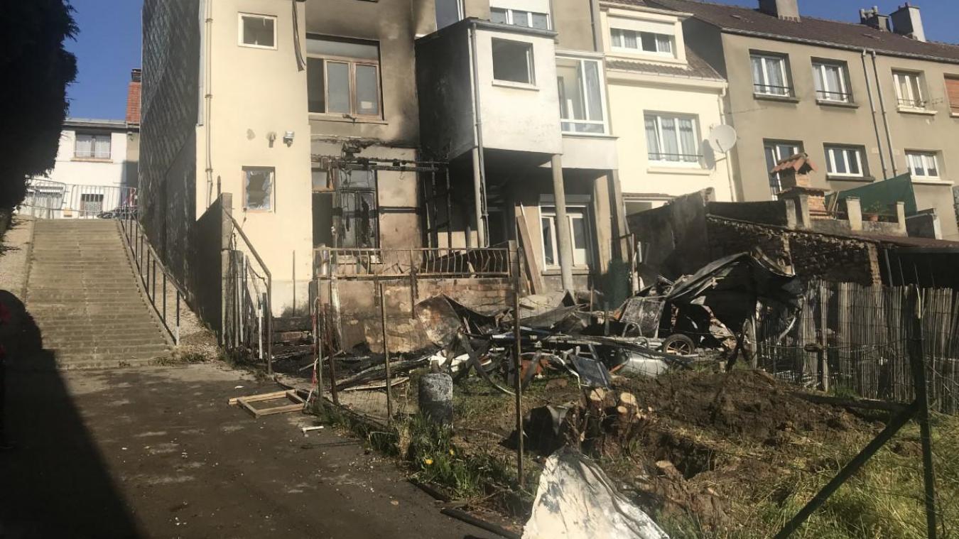 Le cabanon a pris feu pour une raison qui demeure inconnue. Le feu s'est propagé à l'habitation.