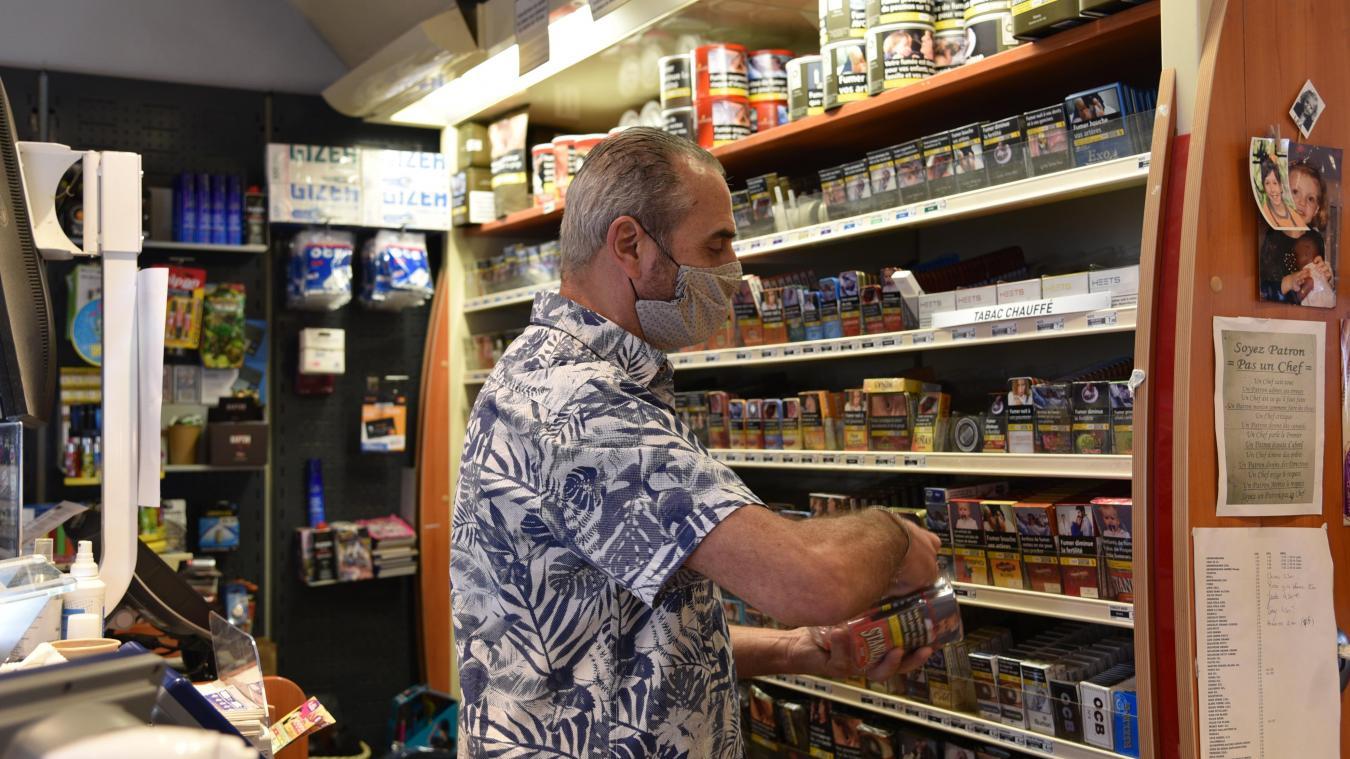 Au Jubilé, Bernard Bourgois range ses stocks de cigarettes, bien moins prises d'assaut que les pots.